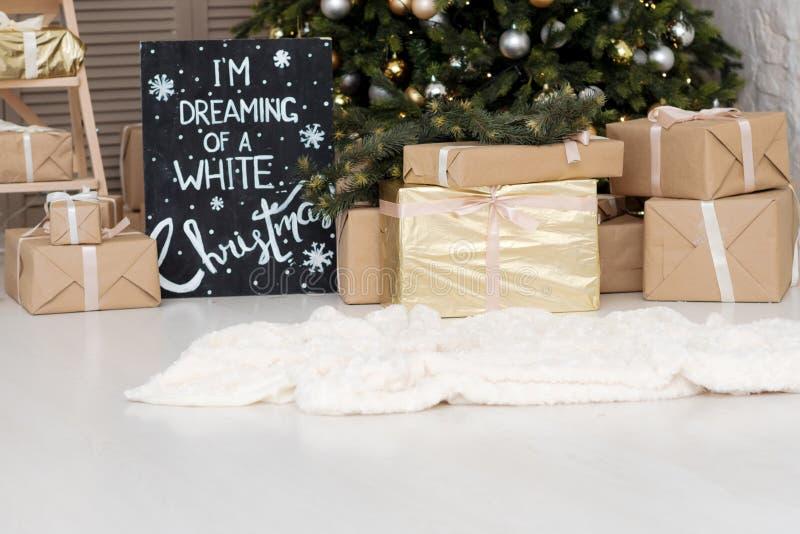 Muchas cajas con regalos de los christas cerca del árbol de navidad fotos de archivo libres de regalías