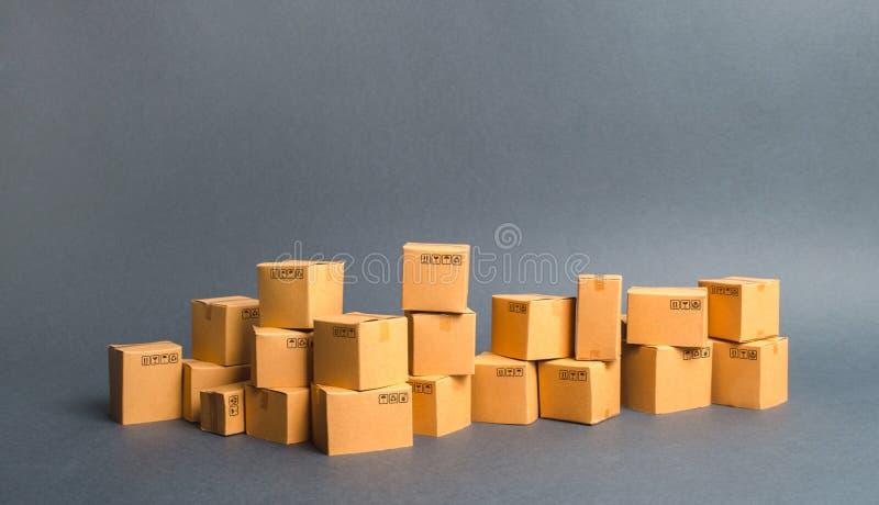 Muchas cajas de cartón productos, mercancías, Warehouse, acción Comercio y venta al por menor Flete el envío, entregúelo Ventas d foto de archivo libre de regalías