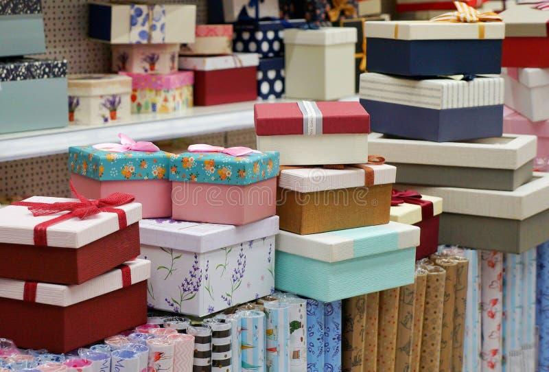 Muchas cajas de regalo apiladas en filas de diversos tamaños imágenes de archivo libres de regalías
