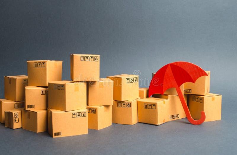 Muchas cajas y paraguas de cartón concepto de compras del seguro Protecci?n Ayuda del fabricante nacional del gobierno foto de archivo libre de regalías