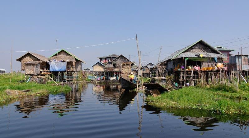 Muchas casas de madera en el lago Inle, Myanmar fotos de archivo