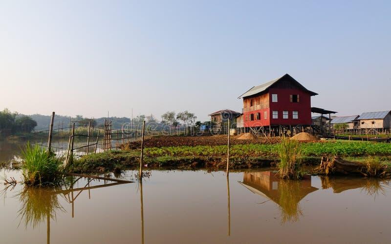 Muchas casas de madera en el lago Inle, Myanmar imagenes de archivo