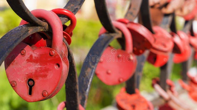 Muchas cerraduras en forma de corazón rojas imágenes de archivo libres de regalías
