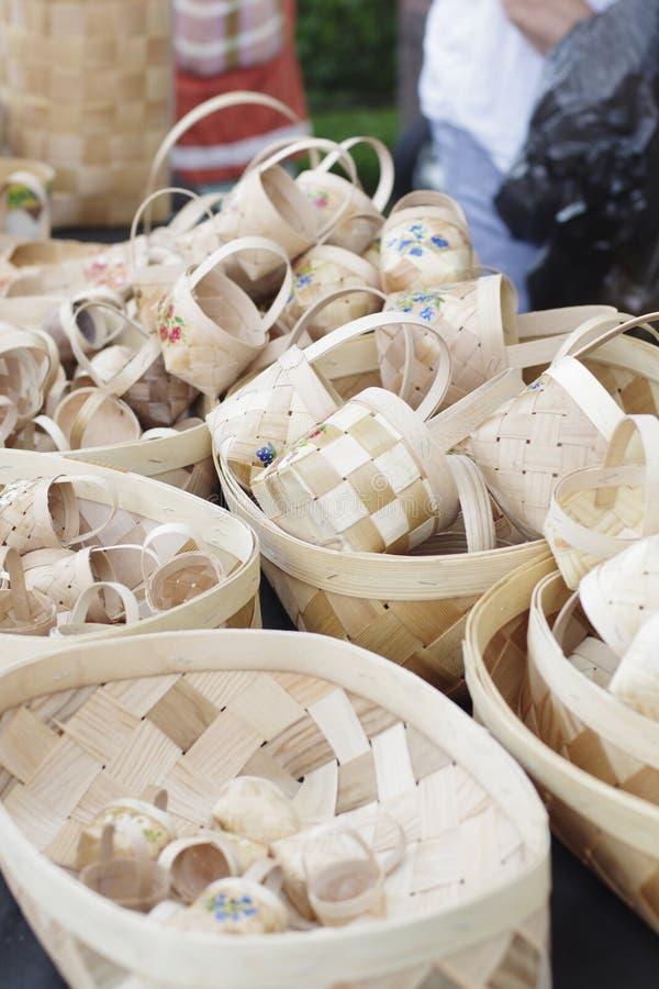 Muchas cestas de mimbre hicieron a mano foto de archivo
