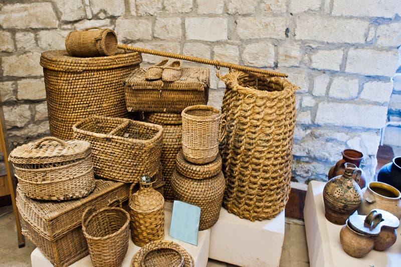 Muchas cesterías hechas a mano en una exposición en el museo fotos de archivo