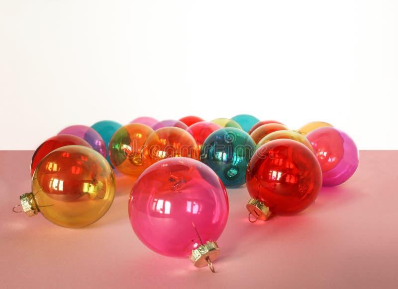 Muchas chucherías de cristal coloridas de la Navidad en el fondo blanco fotos de archivo