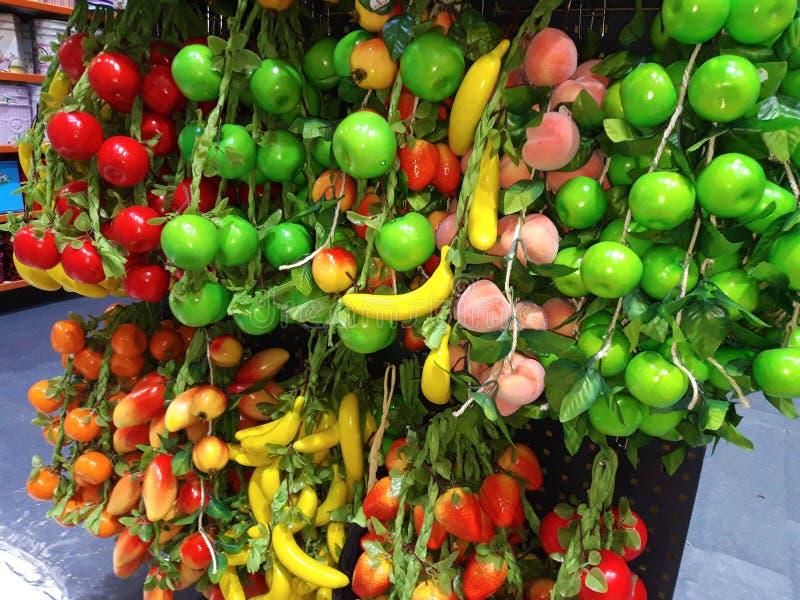 Muchas clases de frutas artificiales clasificadas imagen de archivo