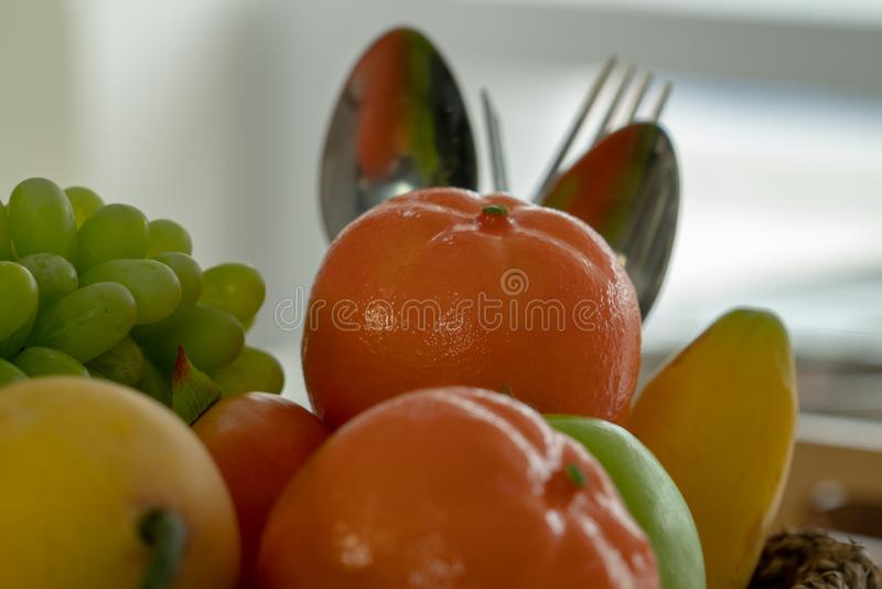 Muchas clases de pilas de la fruta con una cuchara y una bifurcación en la parte posterior fotografía de archivo libre de regalías