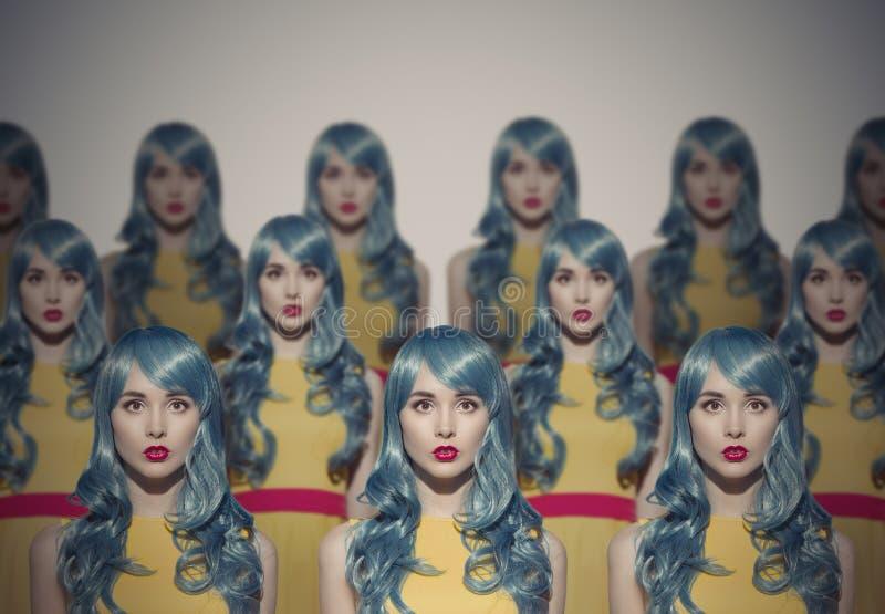 Muchas copias de la mujer de la belleza del encanto Concepto idéntico de la muchedumbre foto de archivo