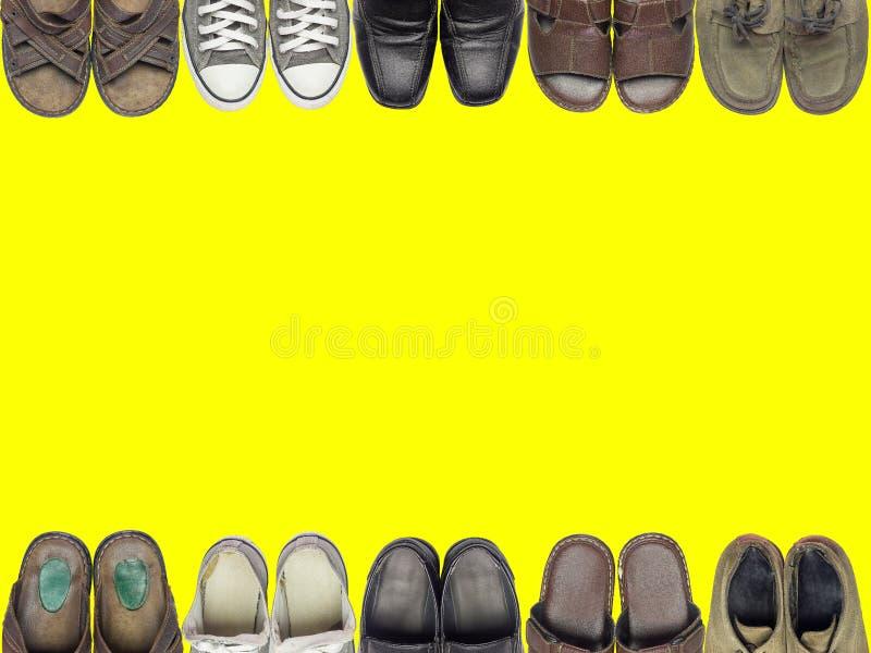 Muchas de zapatos y de sandalia en fondo del amarillo del aislante imagen de archivo