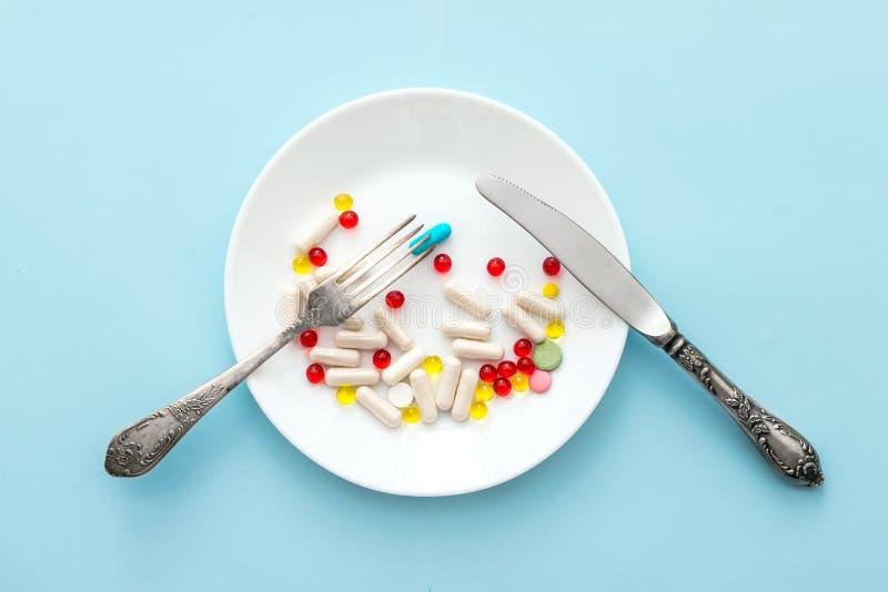 Muchas diversos píldoras y suplementos de la pérdida de peso como comida en roun imagen de archivo libre de regalías