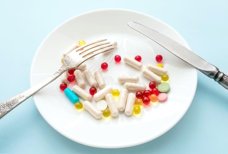 Muchas diversos píldoras y suplementos de la pérdida de peso como comida en roun imagenes de archivo