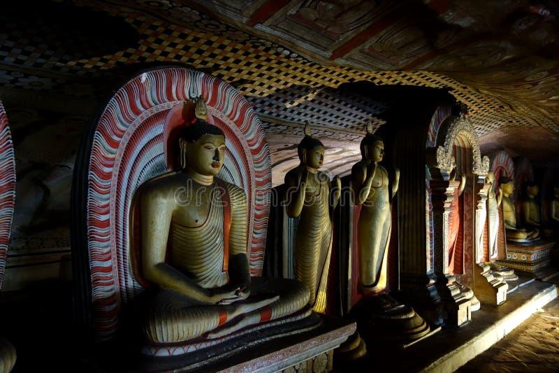 Muchas esculturas antiguas de la cueva de Buda en Dambulla imagen de archivo