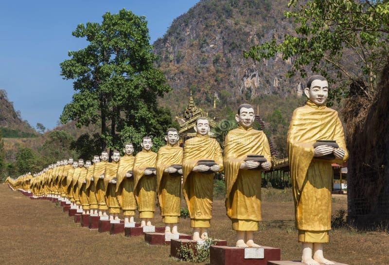 Muchas estatuas de Buda que se colocan en fila en el templo en Myanmar Birmania imagenes de archivo