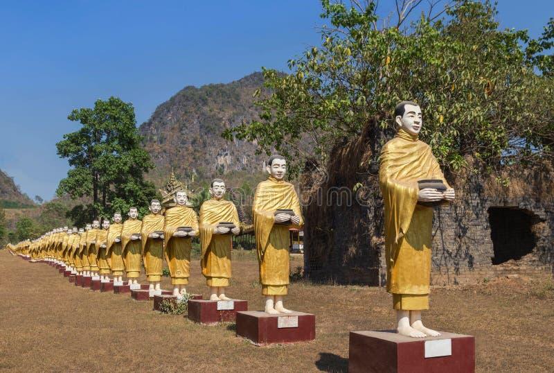 Muchas estatuas de Buda que se colocan en fila en el templo del monasterio de Tai Ta Ya en Myanmar Birmania fotos de archivo