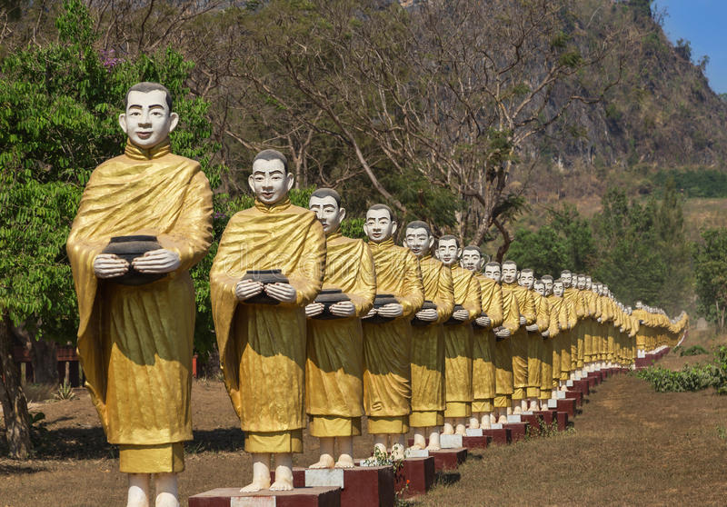 Muchas estatuas de Buda que se colocan en fila en el templo del monasterio de Tai Ta Ya en Myanmar Birmania imágenes de archivo libres de regalías