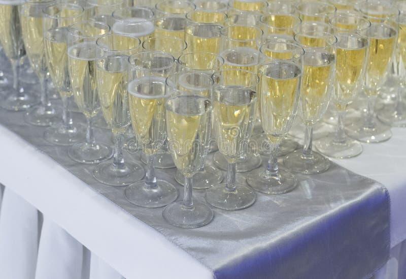 Muchas filas de copas de vino y del champán imagen de archivo libre de regalías