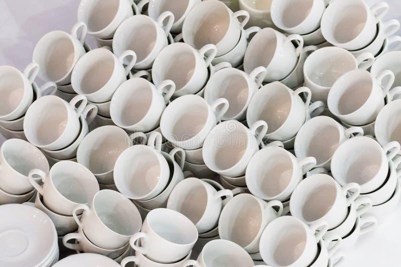 Muchas filas de las tazas de cer?mica blancas del caf? o de t? fotografía de archivo