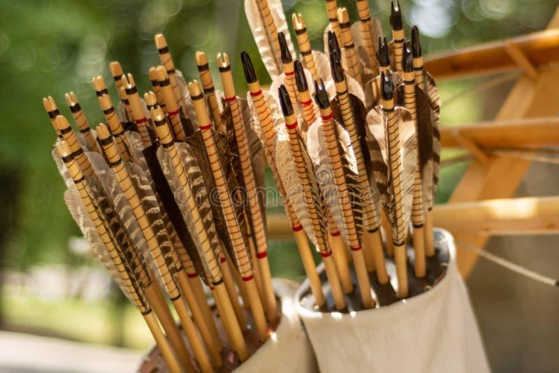 Muchas flechas handcrafted en un estremecimiento de cuero marrón lleno con las flechas en hecho a mano en estilo medieval imágenes de archivo libres de regalías