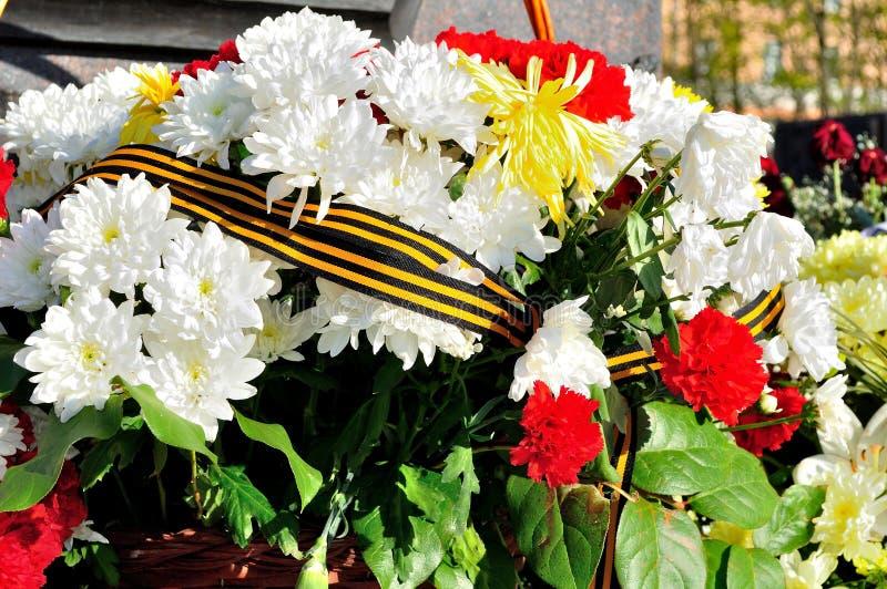 Muchas flores en el stele conmemorativo foto de archivo libre de regalías