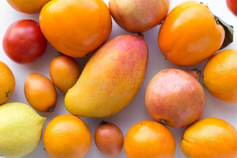 Muchas frutas anaranjadas frescas en el fondo blanco - fotografía de archivo