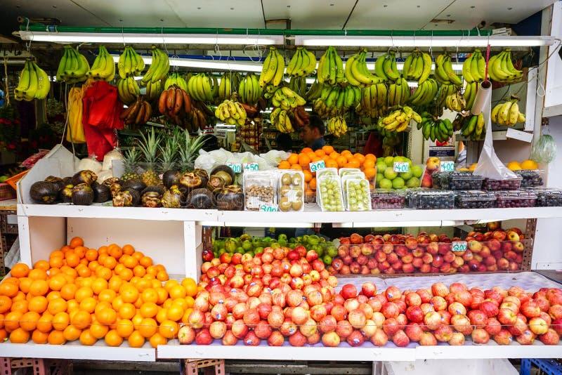 Muchas frutas frescas para la venta foto de archivo libre de regalías