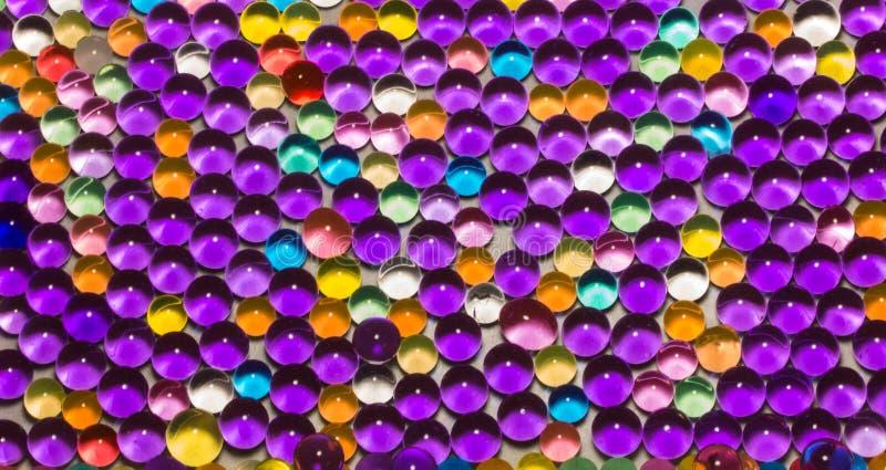 Muchas gotas coloreadas del hidrogel imagen de archivo