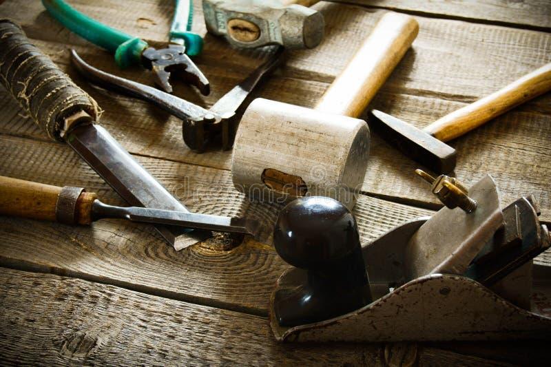 Muchas herramientas de funcionamiento viejas (martillo, alicates, avión y imágenes de archivo libres de regalías