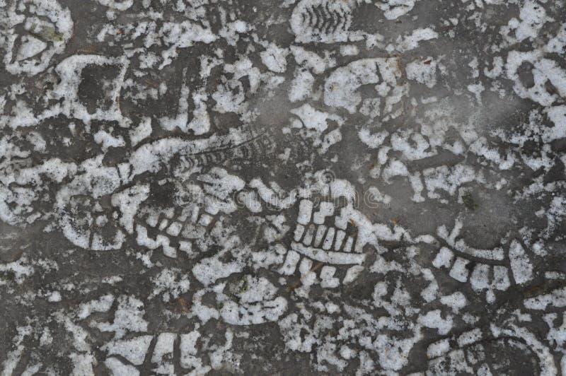 Muchas huellas humanas del zapato en hielo fotos de archivo libres de regalías