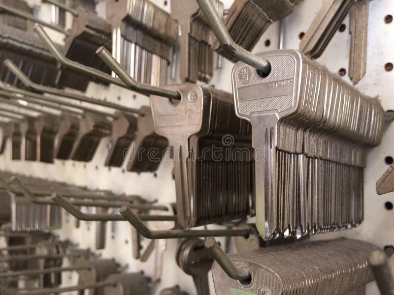 Muchas llaves del acero en una tienda dominante foto de archivo