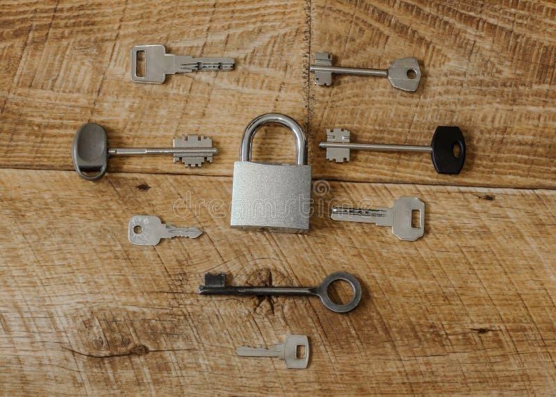 Muchas llaves una cerradura imagen de archivo
