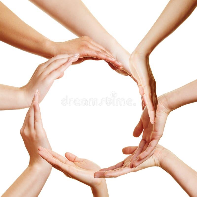 Muchas manos que forman un círculo foto de archivo libre de regalías