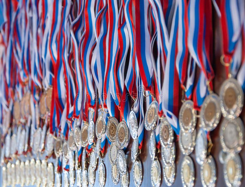 Muchas medallas de oro con cintas fotos de archivo