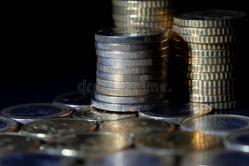 Muchas monedas y centavos euro en negro foto de archivo libre de regalías