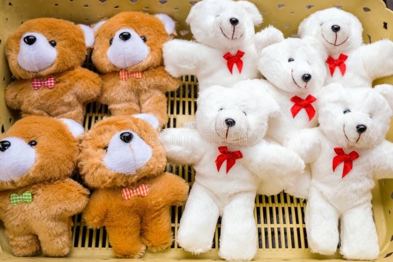 Muchas muñecas del oso en la cesta plástica fotografía de archivo