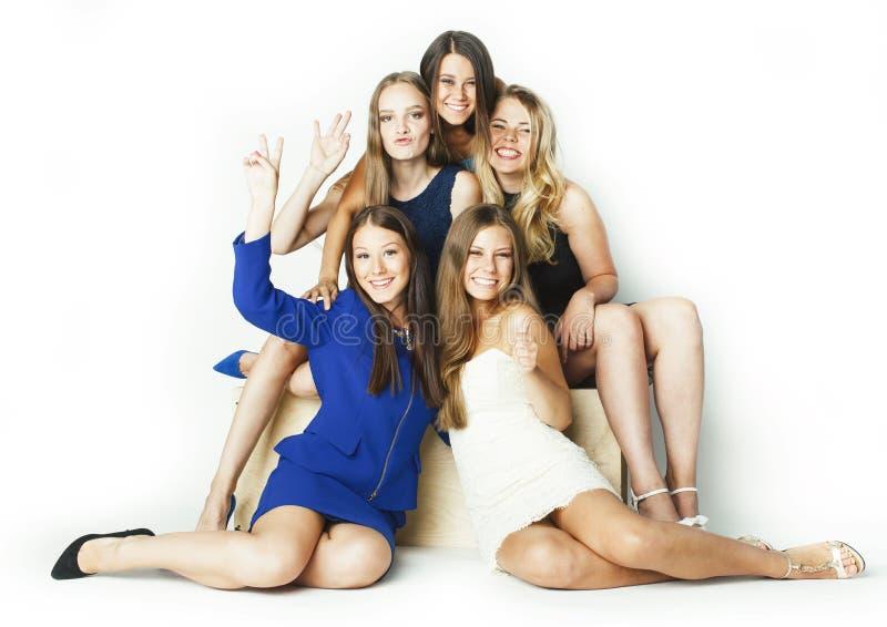 Muchas novias que abrazan la celebraci?n en el fondo blanco, cierre sonriente de la charla que habla para arriba, concepto de la  imagen de archivo libre de regalías
