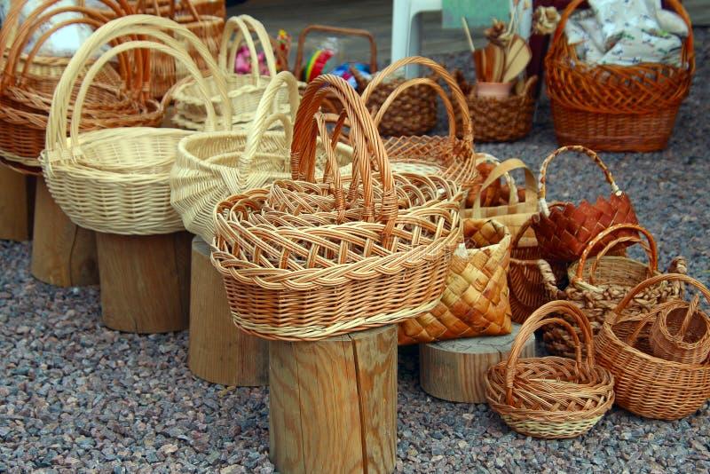 Muchas nuevas cestas de mimbre hechas de ramitas flexibles fotografía de archivo libre de regalías