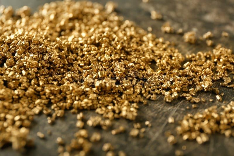 Muchas pepitas de oro en la tabla fotos de archivo libres de regalías