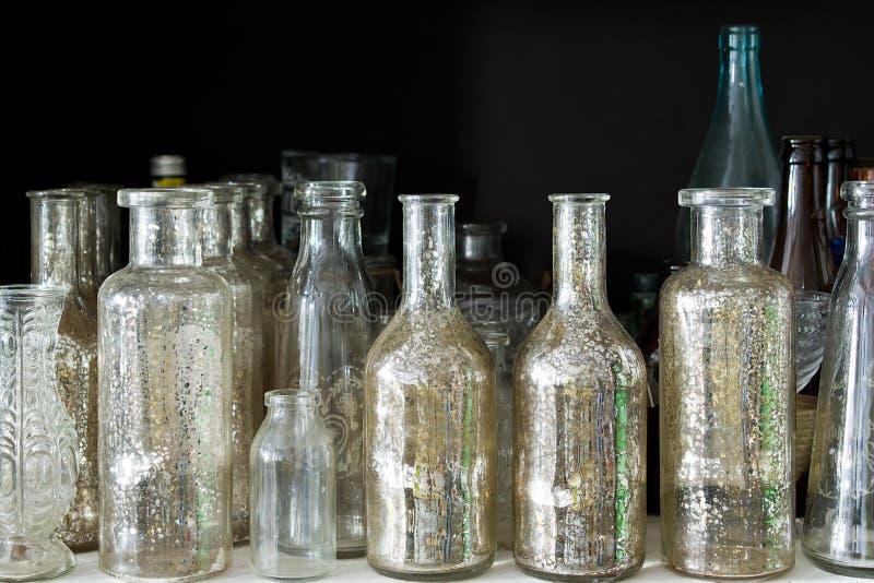 Muchas pequeñas botellas médicas de cristal foto de archivo