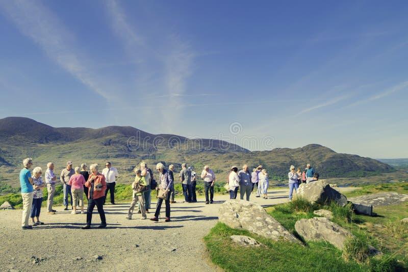 Muchas personas mayores en una excursión escénica del lugar uno fotos de archivo libres de regalías