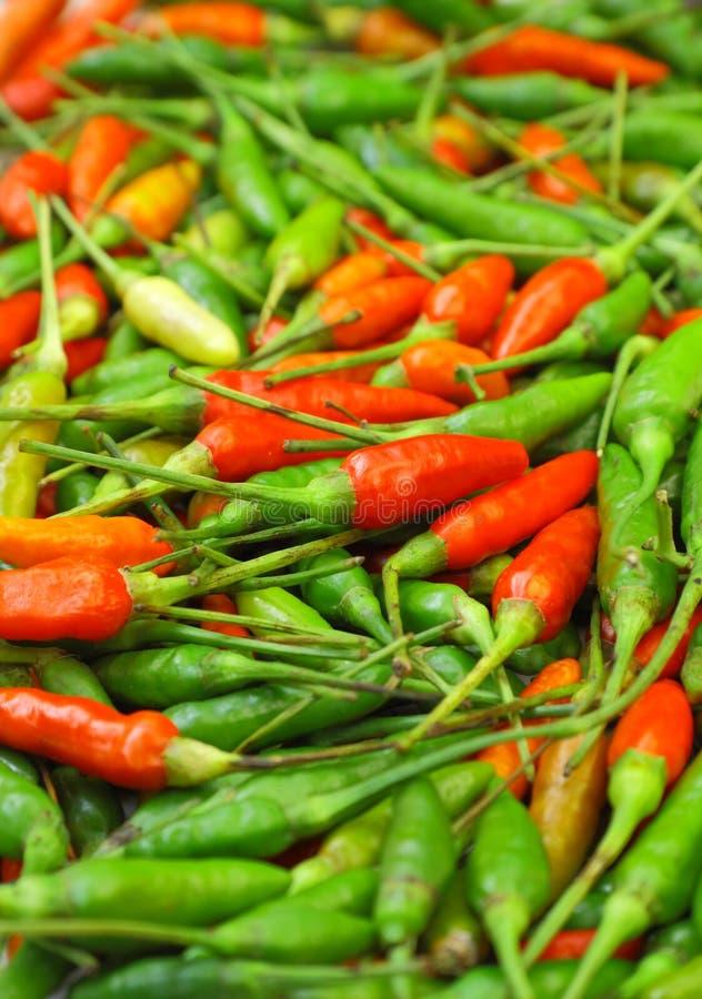 Muchas pimientas de chile rojas y verdes imagenes de archivo