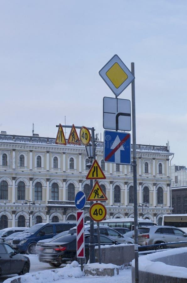 Muchas señales de tráfico que advierten en la ciudad imagen de archivo libre de regalías