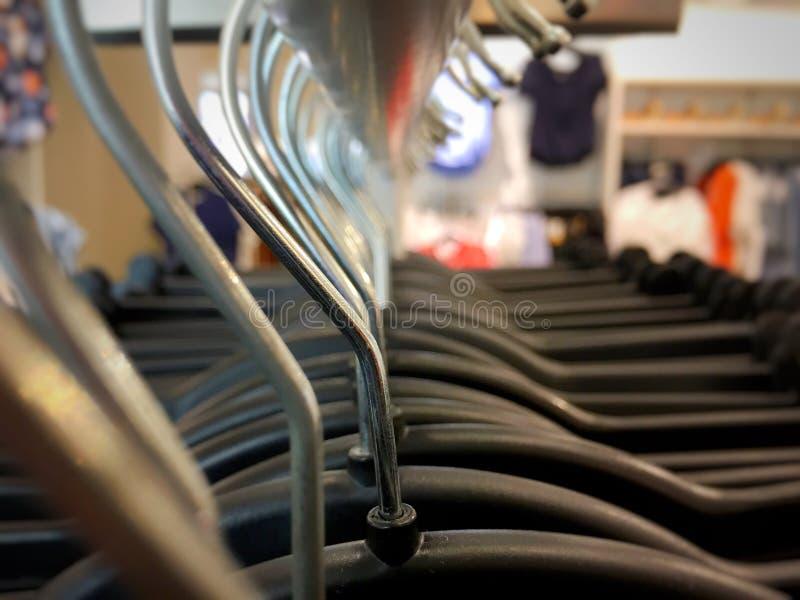Muchas suspensiones en un estante de la ropa fotografía de archivo libre de regalías