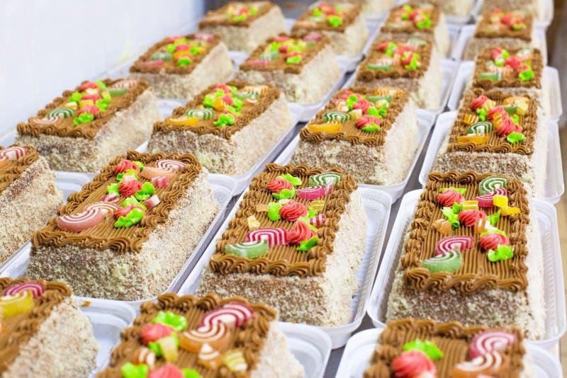 Muchas tortas multicoloras hermosas con la mermelada Cuento de la torta, espacio de la copia, fondo fotografía de archivo