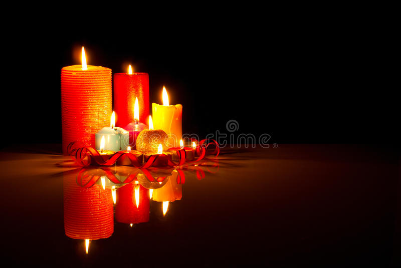 Muchas velas coloridas ardientes fotografía de archivo libre de regalías