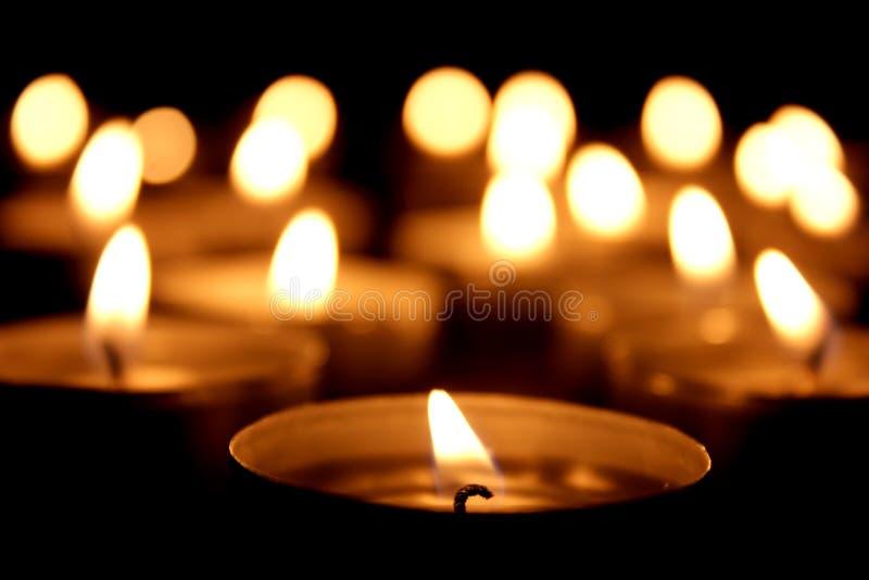 Muchas velas de la luz del té imagenes de archivo
