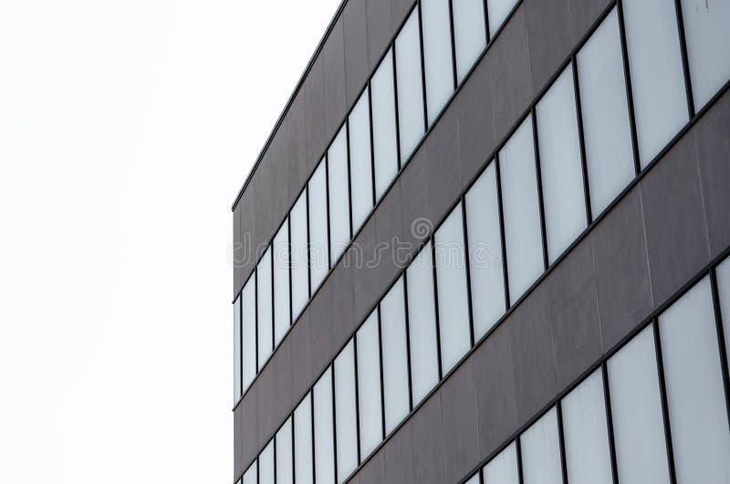 Muchas ventanas vacías de un edificio concreto gris foto de archivo libre de regalías
