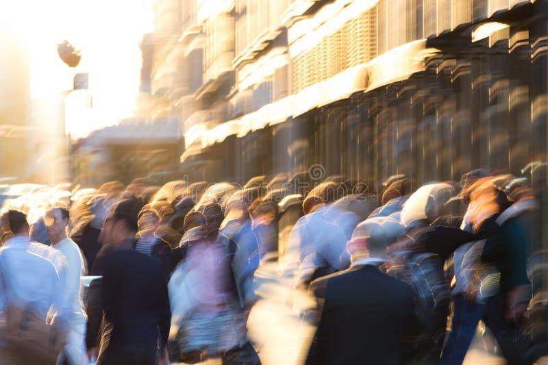 Muchedumbre abstracta de gente borrosa que camina abajo de la calle en New York City imagen de archivo libre de regalías