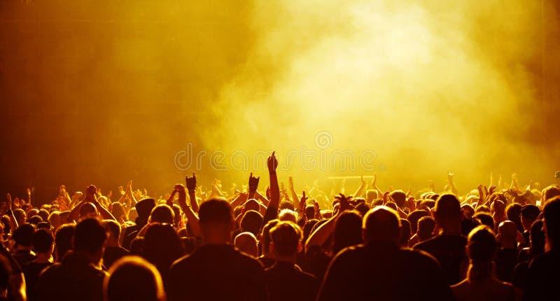Muchedumbre amarilla en el concierto imágenes de archivo libres de regalías