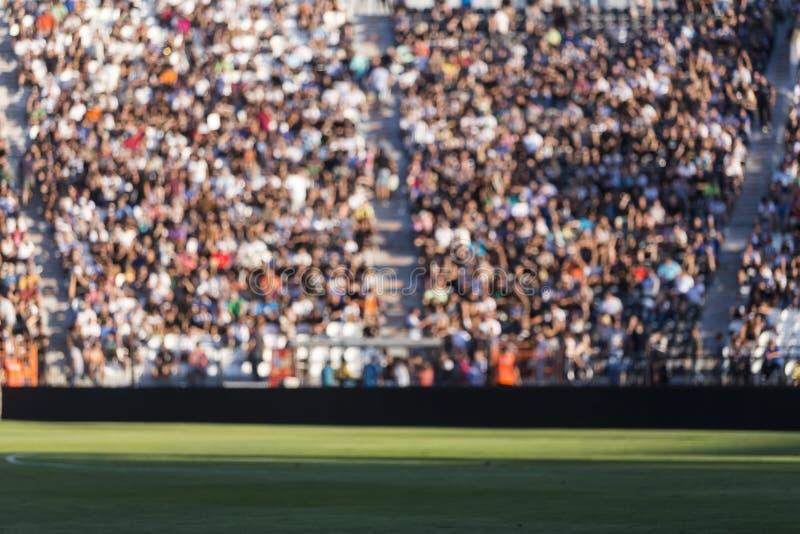 Muchedumbre borrosa de espectadores en una tribuna del estadio en una e que se divierte foto de archivo